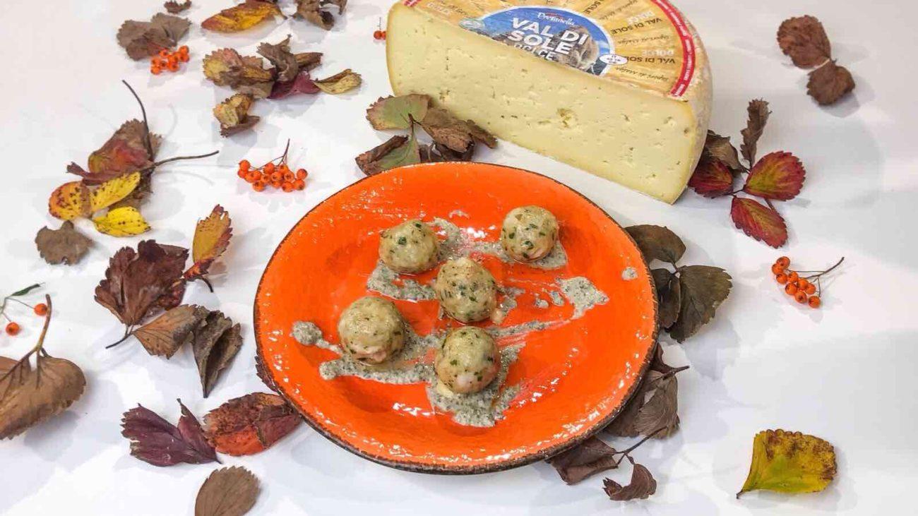 Canederli al formaggio con pesto di salvia e noci